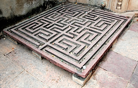 Maze for rain water
